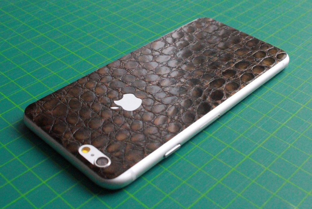 iPhone 6 / 6S / 6 Plus / 6S Plus Aufkleber / Sticker / Skin. 3D Aufkleber für die Rückseite. - Alligator Leder braun